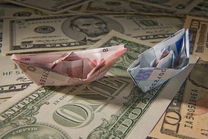 Курс рубля снизился до новых минимумов начиная с февраля