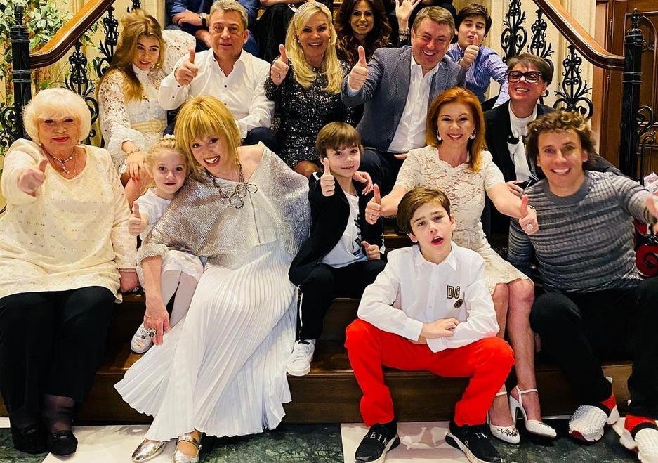 Танцующая Пугачева, Тимати с Шишковой и диско 80-х от Бабкиной: как звезды отметили Новый год