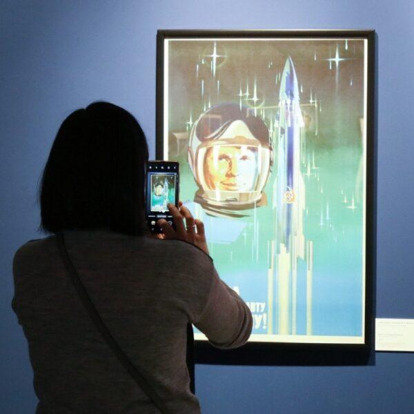 Выставка плакатов о космосе на ВДНХ