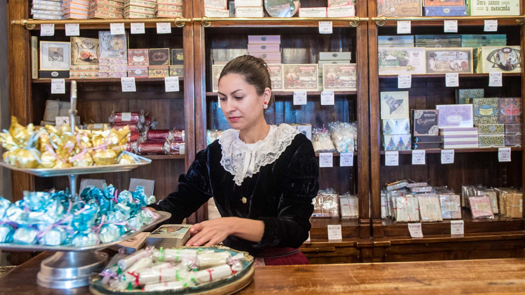 Продавец в магазине музея пастилы в Коломне
