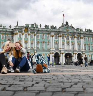 девушки делают селфи на площади санкт петербурга