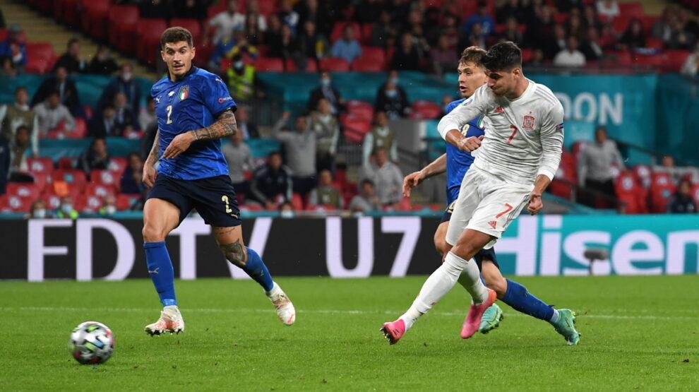 Италия - Испания Мората забивает