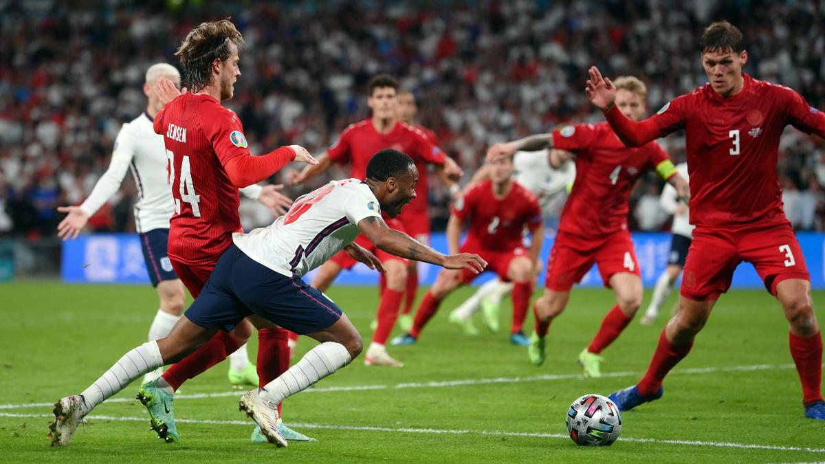 Именно после этого момента с фолом Рахима Стерлинга в ворота сборной Дании назначили пенальти. Фото: REUTERS