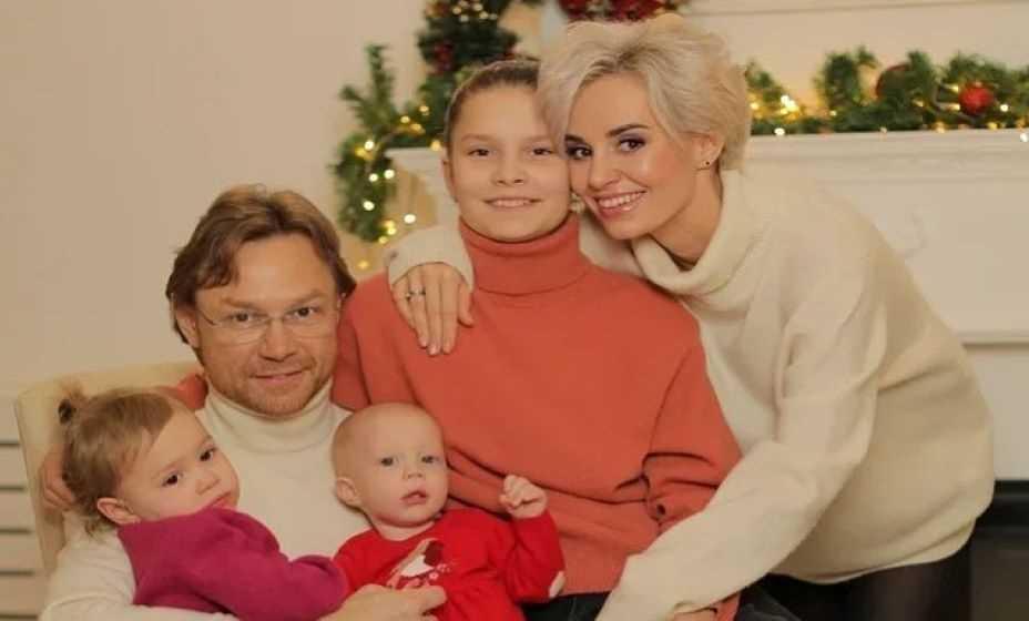 Валерий Карпин с нынешней семьей. Фото: Инстаграм Валерия Карпина
